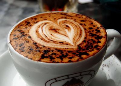 طرزتهیه کاپوچینو با شکلات سفید و کارامل